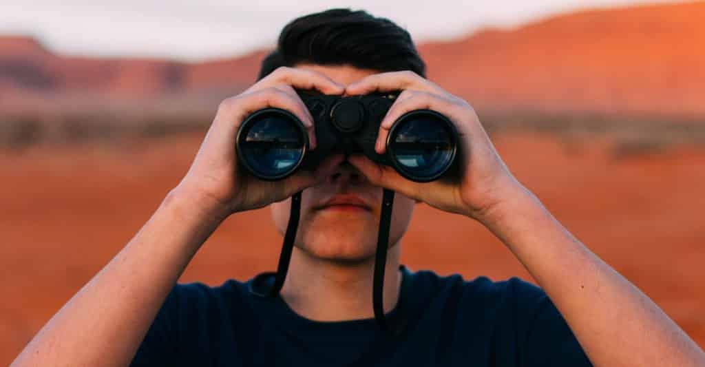 Mann mit Fernglas - Suche nach Talenten