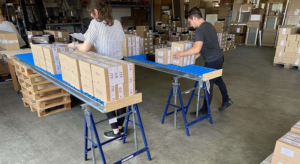 TMS Das Team packt das Testmaterial