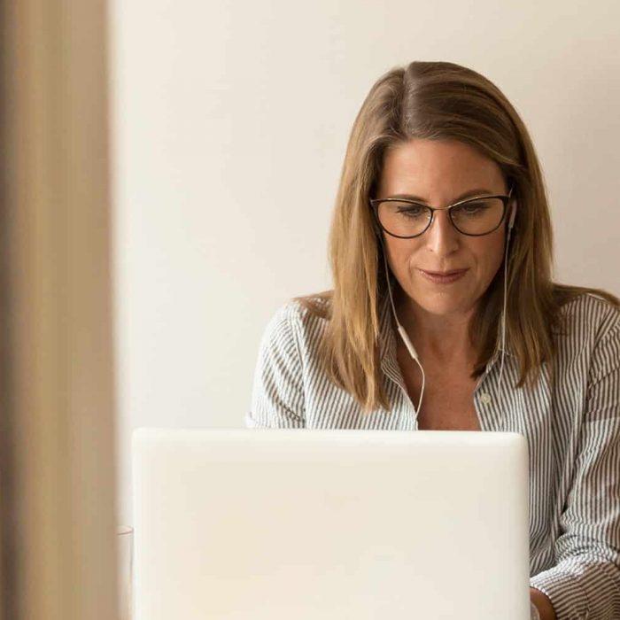 Frau am Laptop mit Headphones